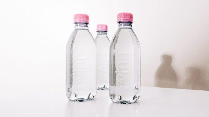 Evian crée sa première bouteille d'eau 100% recyclée et sans étiquette!